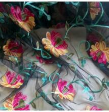 Tüll csipke – Fekete alapon színes hímzett pink virág mintával
