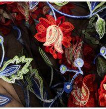 Tüll csipke – Fekete alapon színes hímzett piros virág mintával