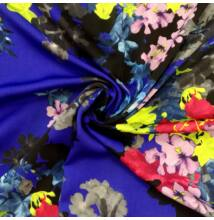 Poliészter selyem – Kék alapon színes virág mintával