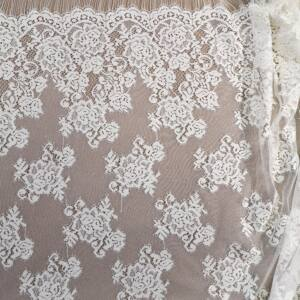 Csipke – Törtfehér színben, nagy virágos, bordűrös mintával
