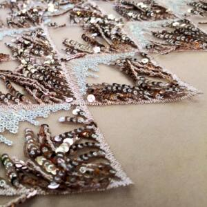 Tüll csipke – Flitteres rojtokkal, mályva színben