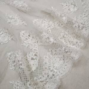 Tüll csipke – Fehér színű hímzett mintával, bordűrös