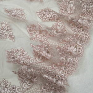 Tüll csipke – Mályva színű hímzett mintával, bordűrös