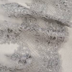 Tüll csipke – Világosszürke színű hímzett mintával, bordűrös