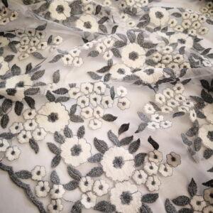 Pamut csipke – Szürke és fehér színű virágos mintával, bordűrös