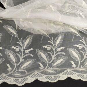 Csipke – Hímzett, tört fehér színű tüll alapon virágmintás és bordűrös