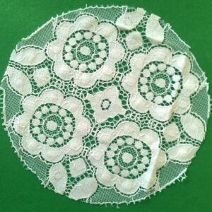 Csipke rátét – Fehér négy virágos, kör alakú