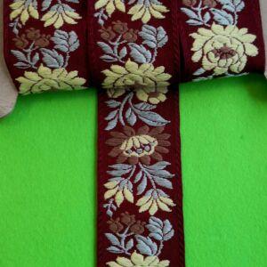 Hímzett szalag – Matyó mintával, bordó alapon barna és sárga virágokkal, 4cm