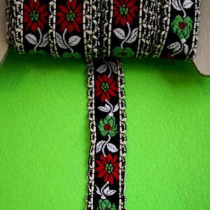 Hímzett szalag – Fekete alapon fehér és piros virág mintával, fordos szélekkel, 2cm