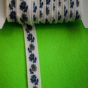 Hímzett szalag – Fehér alapon kék kis virágos mintával, 1cm