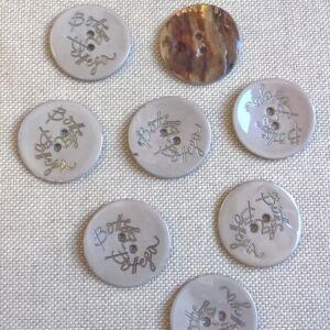 Kagyló gomb – Világosszürke színű porcelán bevonattal, Bottega