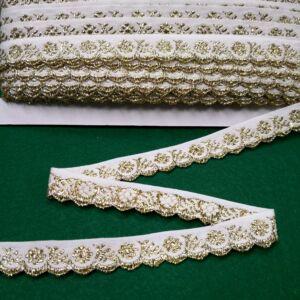 Hímzett szalag – Fehér alapon arany kis virágos mintával, cakkos széllel, 1,5cm