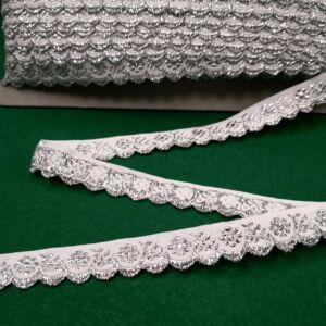 Hímzett szalag – Fehér alapon ezüst kis virágos mintával, cakkos széllel, 1,5cm