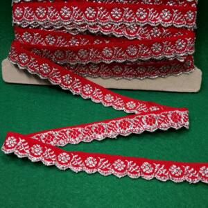 Hímzett szalag – Piros alapon ezüst kis virágos mintával, cakkos széllel, 1,5cm