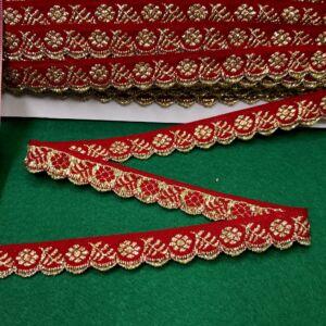 Hímzett szalag – Piros alapon arany kis virágos mintával, cakkos széllel, 1,5cm