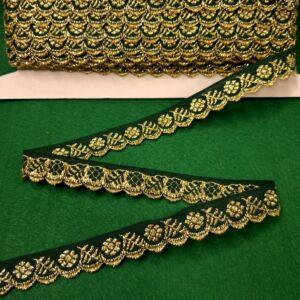 Hímzett szalag – Zöld alapon arany kis virágos mintával, cakkos széllel, 1,5cm