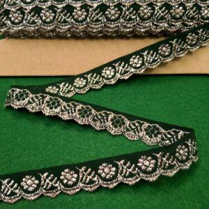 Hímzett szalag – Zöld alapon ezüst kis virágos mintával, cakkos széllel, 1,5cm