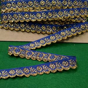 Hímzett szalag – Kék alapon arany kis virágos mintával, cakkos széllel, 1,5cm
