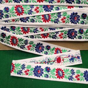 Hímzett szalag – Matyó mintával, fehér alapon kék és piros virágokkal, 4cm
