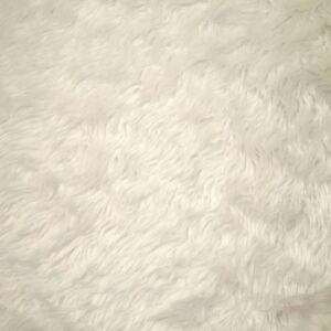 Műszőrme – Tört fehér színben, közepes hosszúságú