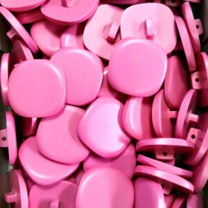 Műanyag gomb – Szögleges, rózsaszín színben