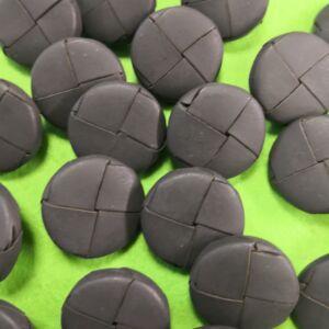 Műanyag gomb – Szürke színű bőrhatású, 22mm