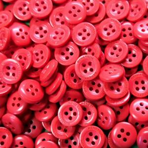 Inggomb – Halvány piros színben, négylyukú, 10mm