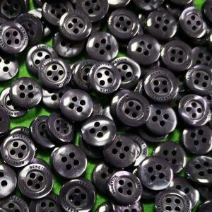 Inggomb – Gyöngyházfényű sötétszürke színben, négylyukú, 10mm