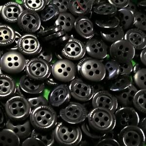 Inggomb – Fekete színben, négylyukú, 10mm