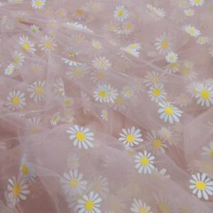 Lágy tüll – Virág mintával, púder alapon