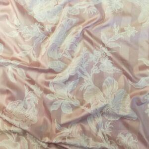Pamut szatén – Rózsaszín alapon fehér virág mintával
