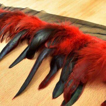 Boa – Fekete és piros színű tollakkal