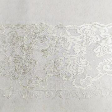 Csipke szalag – Tört fehér színben, fényes felülettel, indás mintával, 20cm