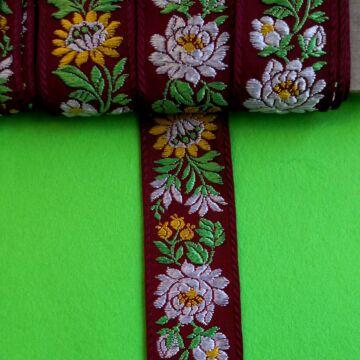 Hímzett szalag – Matyó mintával, bordó alapon fehér és sárga virágokkal, 4cm