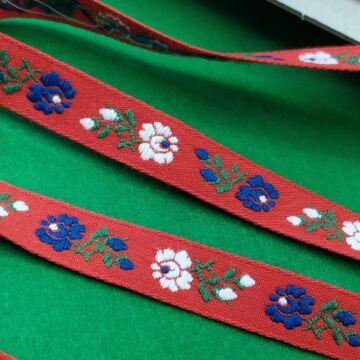 Hímzett szalag – Piros alapon kék és fehér kis virágos mintával, 1cm