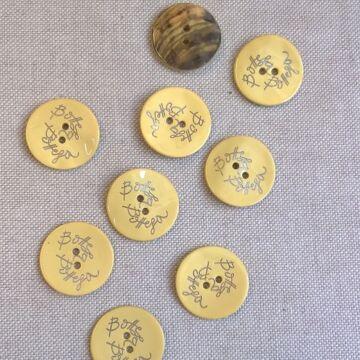 Kagyló gomb – Sárga színű porcelán bevonattal, Bottega