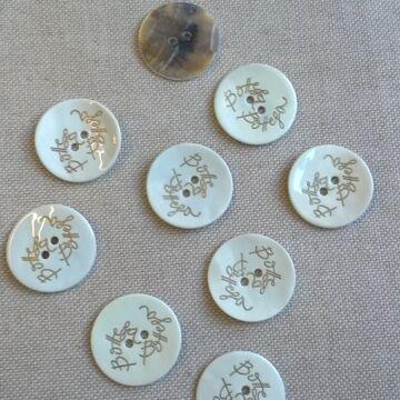 Kagyló gomb – Fehér színű porcelán bevonattal, Bottega