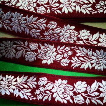 Hímzett szalag – Matyó mintával, bordó alapon fehér virágokkal, 4cm
