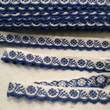 Hímzett szalag – Margit cakk, fehér alapon kék mintával, 1,5cm