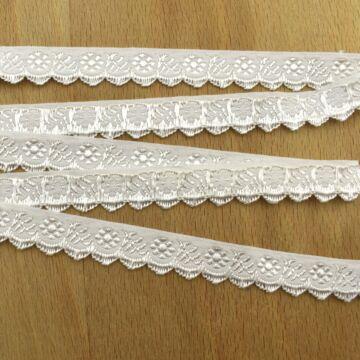 Hímzett szalag – Margit cakk, fehér alapon fehér mintával, 1,5cm