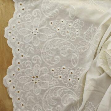 Viszkóz szövet – Krém színben, hímzett mintával, bordűrös
