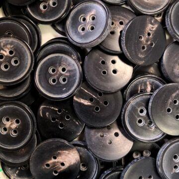 Műanyag gomb – Kabátgomb szürke cirmos színben, négylyukú, 25mm