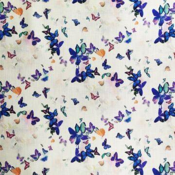 Műszálszövet – Fehér alapon színes pillangó mintával