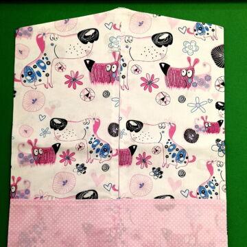 Vállfás ovis zsák – Rózsaszín kutyavilág mintával, pöttyös zsebekkel