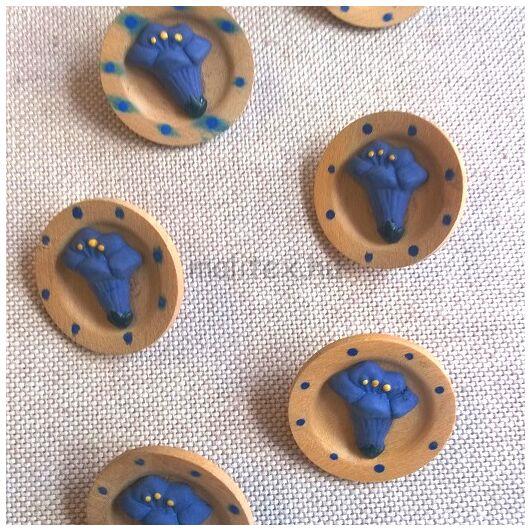Fa hatású gomb – Kék liliom mintával, 40-es